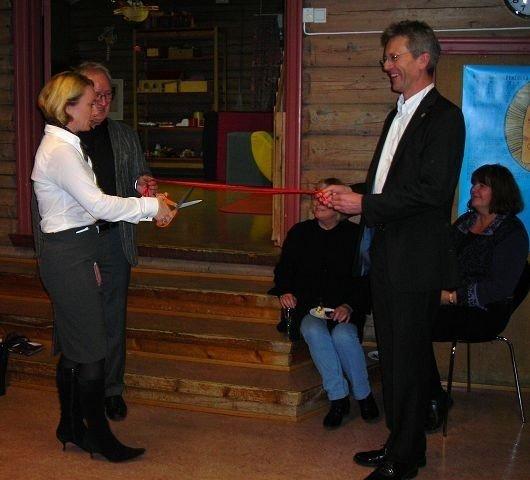 Snorklipping i Familiens Hus ved sosialbyråd Anniken Hauglie (H), bydelsdirektør Thor-Even Strømme og BU-leder Carl Oskar Pedersen.