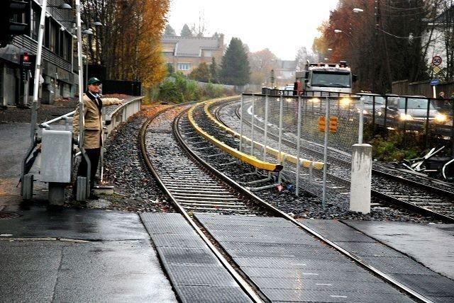 Direktoratet for samfunnssikkerhet og beredskap mener de gule strømførende skinnene på Holmenkollbanen oppfyller kravene til sikkerhet.