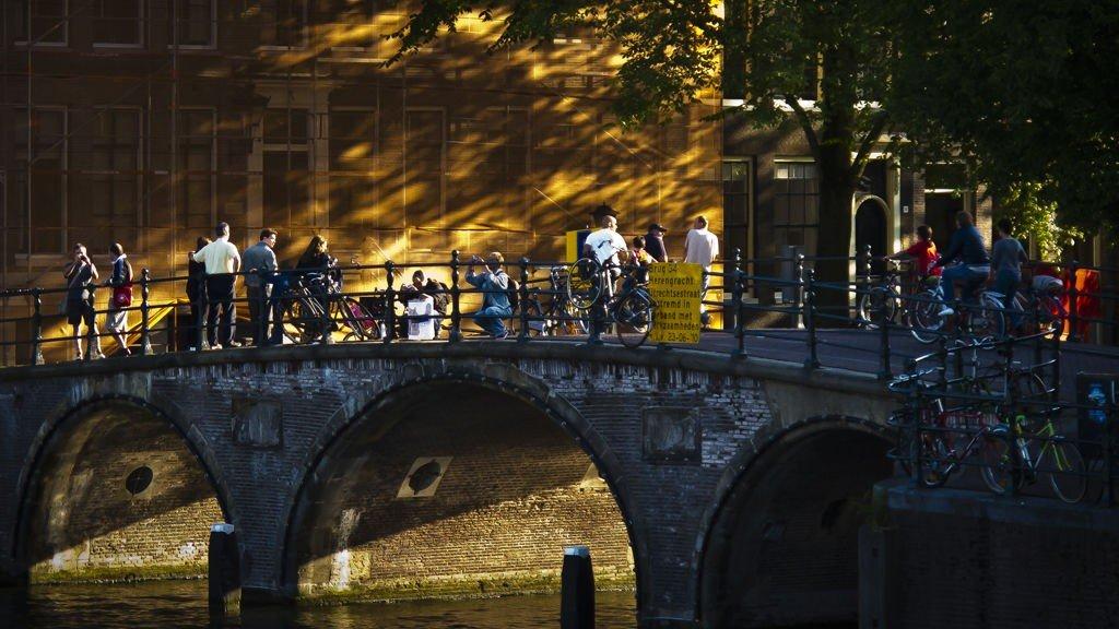 Kveldslyset skaper stemning over en av Amsterdams mange broer.