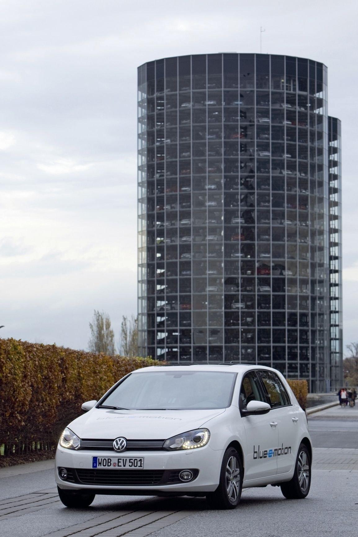 Få ikke strømsjokk: Nå blir også VW Golf elektrisk. Den er her om to år. I mellomtiden strømmer nyhetene på.