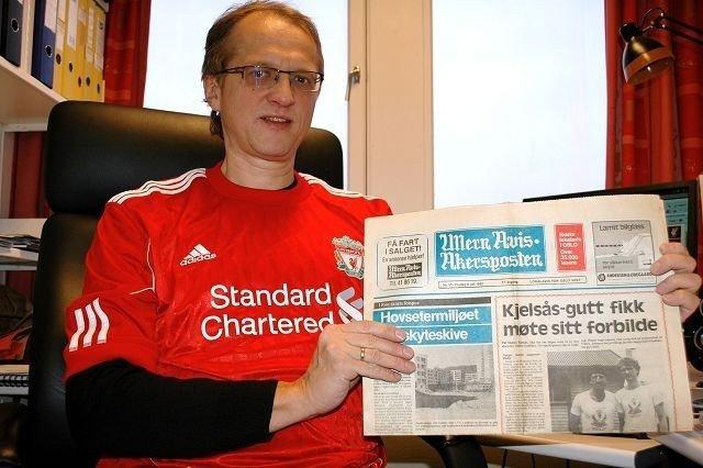 Pål Christian Møller har vært formann i Liverpool supporterklubb i 30 år. Her viser han stolt frem artikkelen med ham i Ullern Avis Akersposten fra 1982. FOTO: ANDREAS LINDBÆK