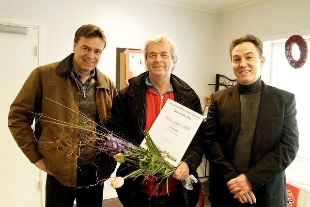 Ove Bevolden i Holmlia Sportsklubb ble kåret til Årets NAvn 2009. Her sammen med redaktør Ivar Brynildsen og senterleder Richard Elphinstone ved Senter Syd.