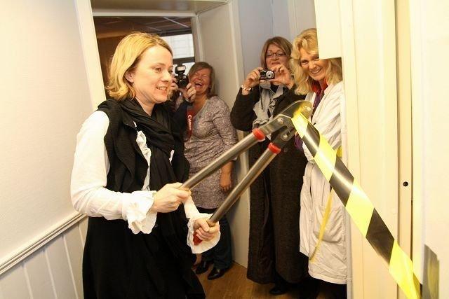 Med en kraftig avbitertang klipper byråd Anniken Haugli over sperrebåndet i Dalsbergstien hus, og dermed er prosjektet LASSO offisielt åpnet.