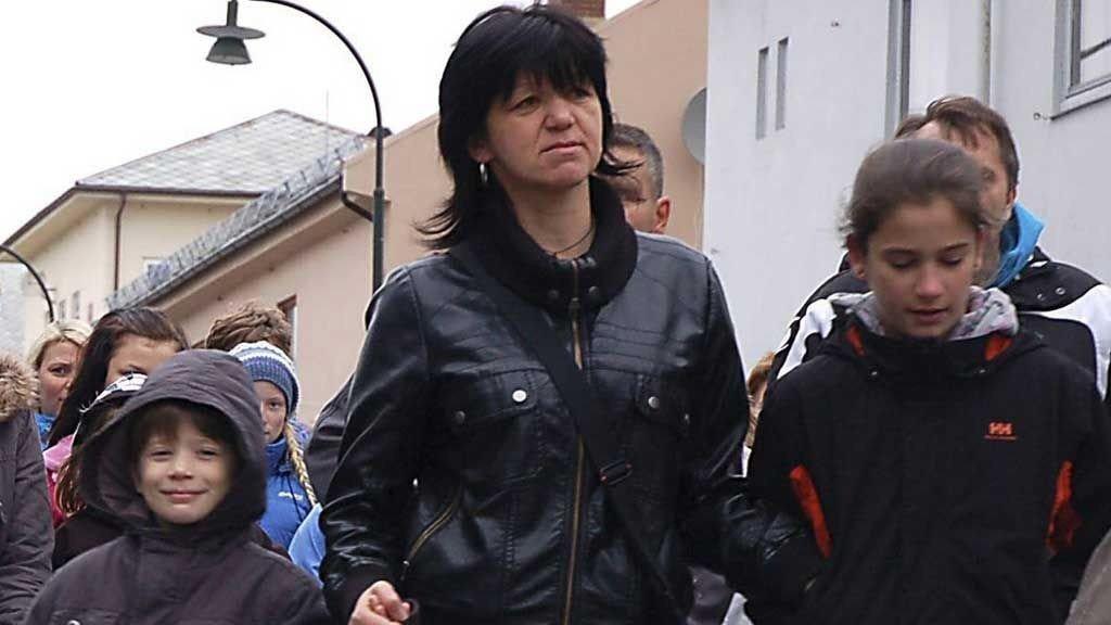 PÅ LÅNT TID: Kosovoserbiske Labuda Maslovaco (midten foran) sammen med to av sine barn og søsteren Labuda Maslovaco (bak) under demonstrasjonen i Vadsø like før de ble sendt ut av Norge.