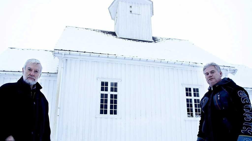 IKKE MYE: Vi burde nok ha bedt folk om ikke å stå der de sto, sier Per Egil Kirknes og kirketjener Bjørn Slattum.