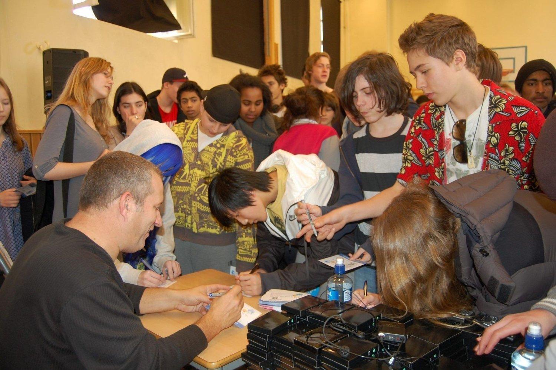Det var mange elever som ville ha autografen til legenden etter foredraget. FOTO: Anita Bakk Henriksen