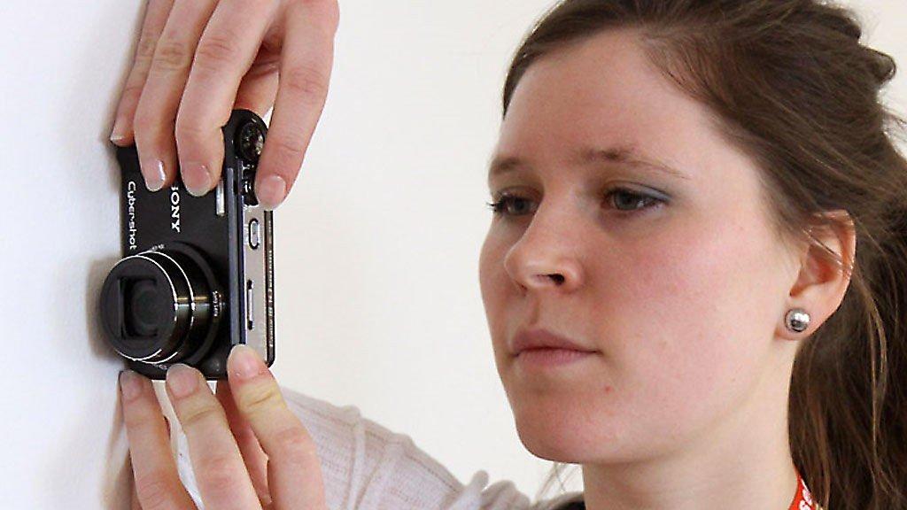 Len kameraet mot en vegg, eller hold apparatet stødigst mulig. Da er det lettere å få skarpe bilder.