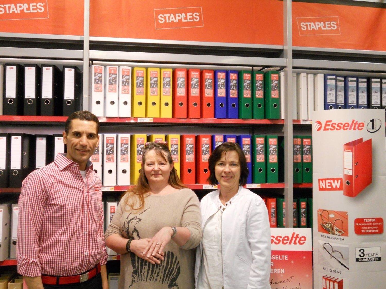 Hanne Wesselsen i midten viser frem ringen sammen med stormarkedssjef Staples Alnabru, Mimoun El Abdallaoui og Trade Marketing manager i Esselte, Hilde Skifjeld.