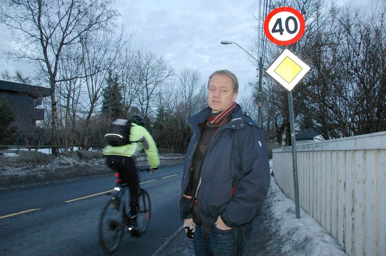 Grønn Linje Aksjon Nordstrand, her representert ved David Bergan, vil ha 30-sone og blandet trafikk i Ekebergveien mellom Sæter og Ljabru. Dette bildet er fra tidligere i vinter da det nye planforslaget ble kjent.