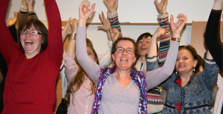 Armene i været - hent energien! I midten i grå genser Cecilie Foss, til høyre Lisa Kjøren.