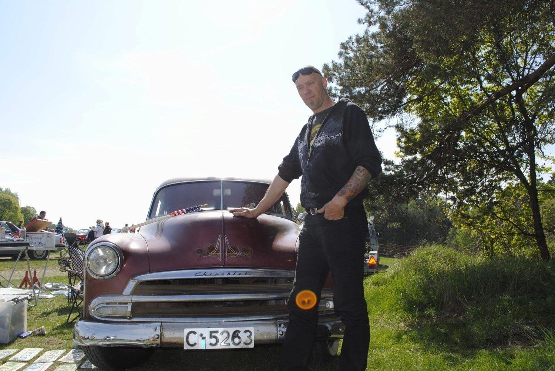 RONNY PÅ PLASS: Ronny Lundell leker ikke entusiast. Her med en av sine Chevroleter.