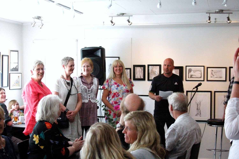 Steinar Enerly og medlemmer av husets tegnegruppe åpner utstilling med egne bilder.