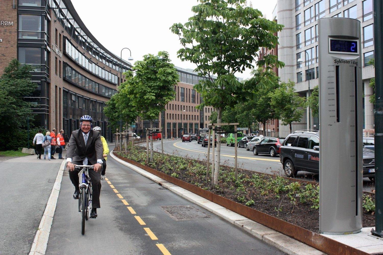 MORO MED SYKKEL: Ordfører Fabian Stang passerer Oslos første sykkelteller som nummer en, med generalsekretæren i Syklistenes Landsforening, Rune Gjøs, hakk i hel som nummer to. FOTO: KAMILLA NYEGAARD-LARSEN