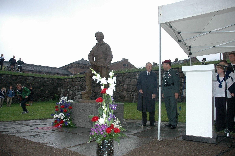 En beveget Gunnar «Kjakan» Sønsteby avduket statuen av Max Manus på Akershus festning tirsdag formiddag.