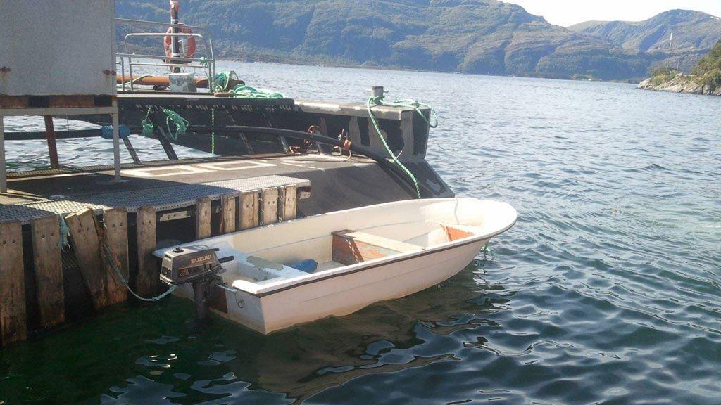 Denne båten ble funnet nord for Rugsundøy. Politiet ber om tips fra publikum.