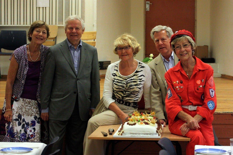 FESTKLARE: Ingeborg Lie (fra venstre), Lars Musæus, Bente Andenæs Opsahl, Torbjørn Joys Guthe og Hege Falster klare med til dels riktig utstyr og absolutt riktig bevertning før «gravølet».