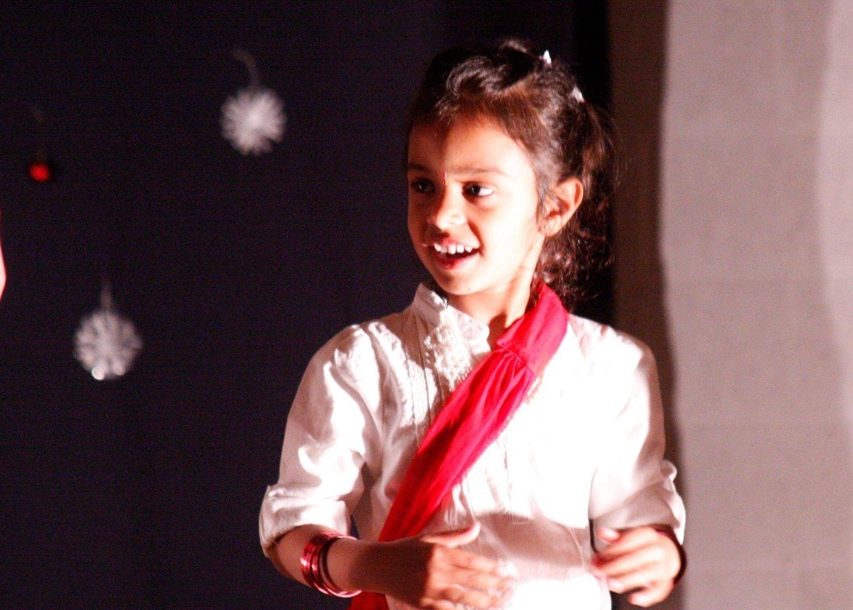 De yngste danset i enkle kritthvite drakter. Riktig så grasiøst og rent ut vakkert.