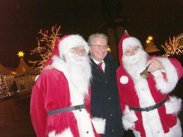 Ordfører Fabian Stang har kost seg på julemarkedet – her med tyske julemusikanter. I år er det slutt på markedet.