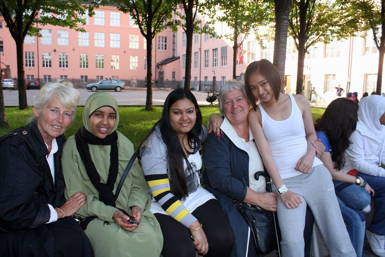 GOD STEMNING: (F. v.) Lærer Ingebjørg Hasle, Safia Faaqid, Sakun Giri, lærer Ragnhild Andersen og Kitty Vo. Lærerne har jobbet på Hersleb i ca. 30 år og går nå av.