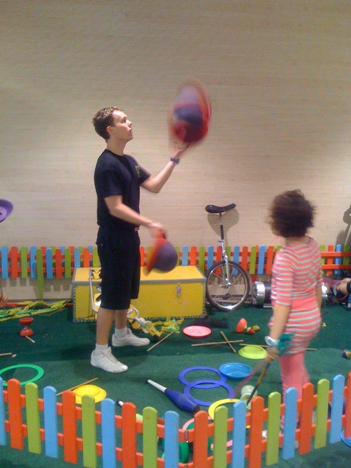 SIRKUSSKOLE: Imponerende triks under sirkusskolen på martn torsdag.
