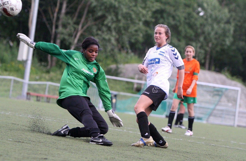 15-åringen Anine Nordahl Gulliksen setter inn ett av sine fire mål mot Romsås.