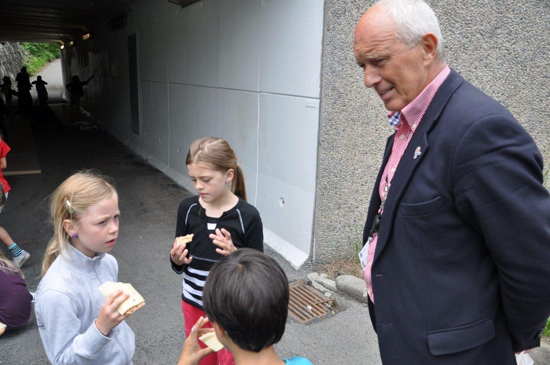 Rusken-general Jan Haugerdiskuterer tagging med noen av barna fra Oppsal aktivitetsskole.