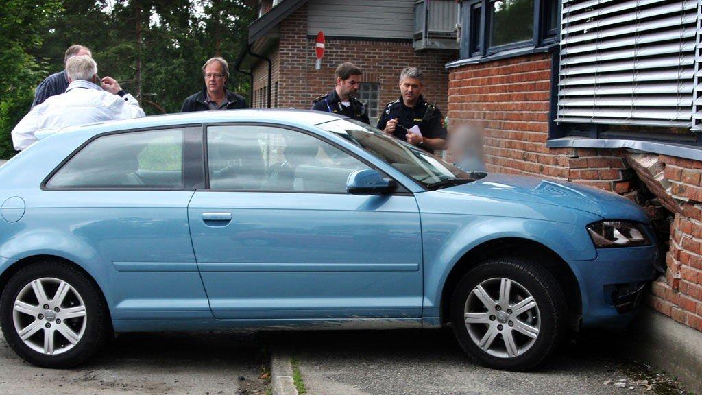 En kvinne mistet kontrollen over bilen og kjørte inn i veggen på Rådhusveien 1 fredag formiddag.