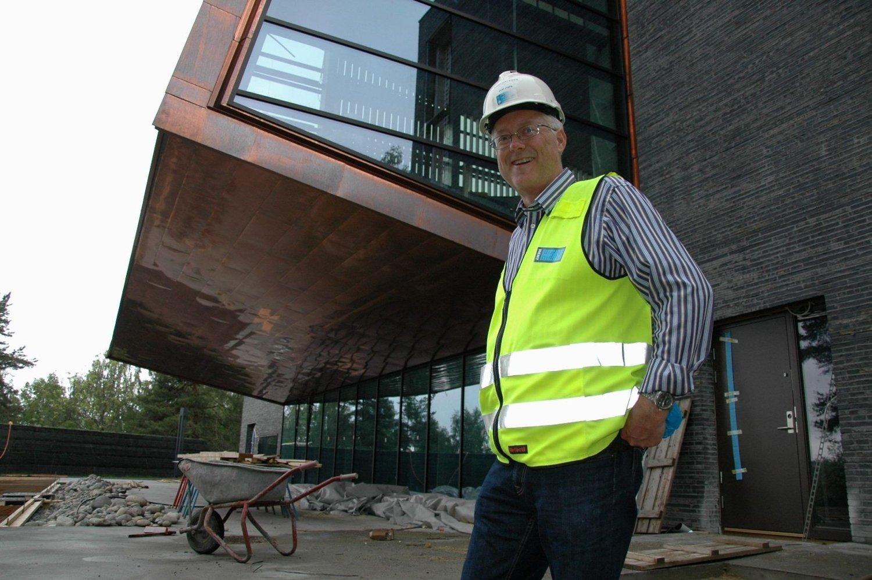 FORSINKET: Sogneprest Dag Auli må vente enda litt til før han kan ta den nye kirken på Bøler i bruk.