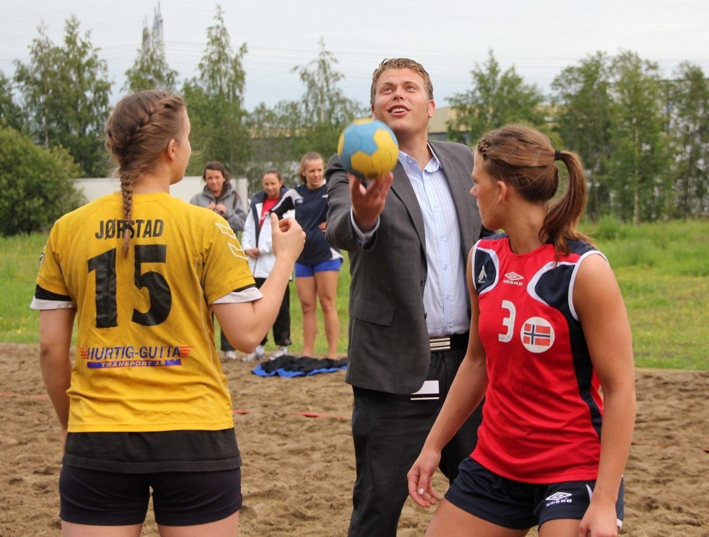 KASTET: Idrettsbyråd Jøran Kallmyr foretok den høytidelige åpningen av hovedstadens første beachhåndballbane.