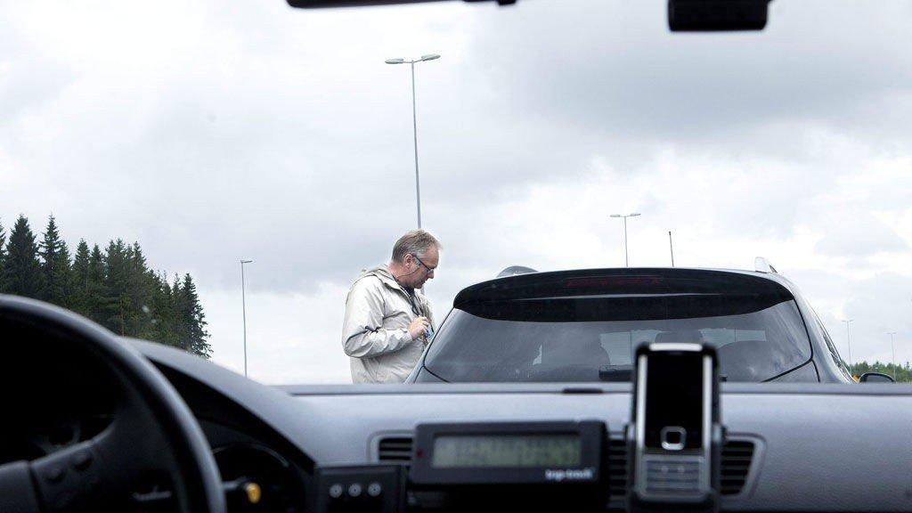 PÅ FERSKEN: Her forklarer fungerende distriktsleder Frode Henriksen i Utrykningspolitiet på Romerike til en bilfører at han har kjørt så fort på E6 at det resulterer i førerkortbeslag. Flere er anmeldt for råkjøring på E6 hittil i år, enn samme periode i fjor.