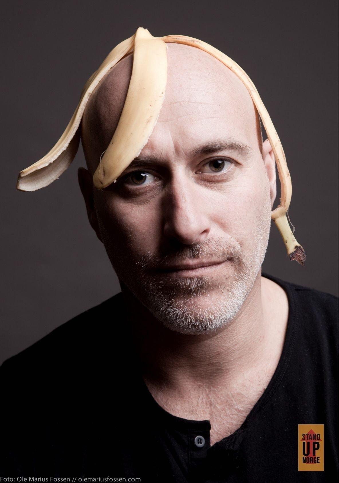KLASSISK BANANSKALL: Bananskallet er en velkjent og risikabel morsomhet. Her er det for anledningen plassert på komiker André Jermans relativt sklisikre hode.