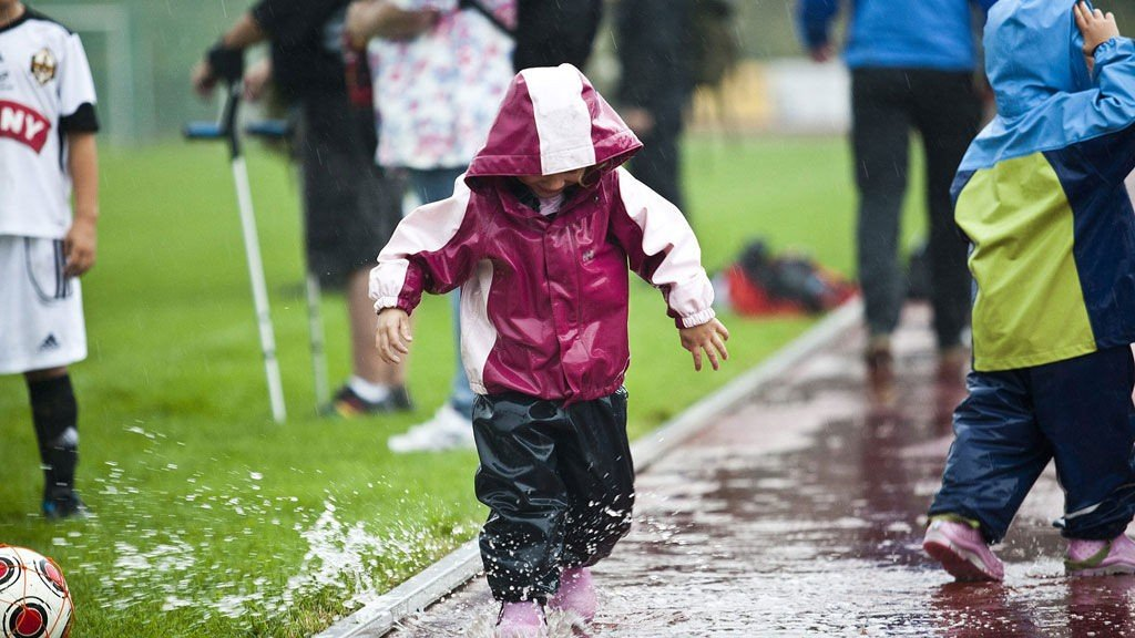 KLISSVÅTT: Det kommer mye regn de nærmeste dagene. Her fra en fotballturnering i Østfold.