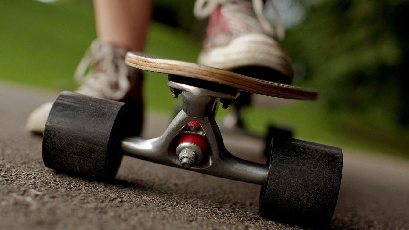 Longboard har større hjul og er ofte bredere og lengre enn et skateboard.