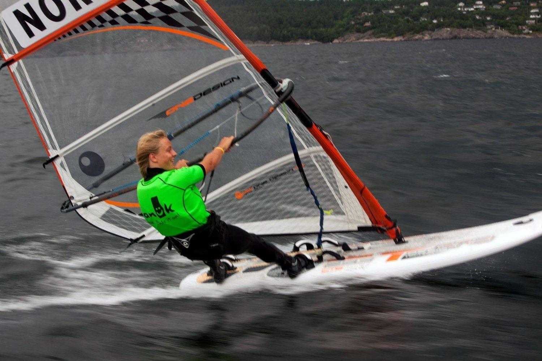 SUVEREN: Fabian Wilkens Solheim ble kretsmester i brettseiling etter fem førsteplasser i Lysakerfjorden.
