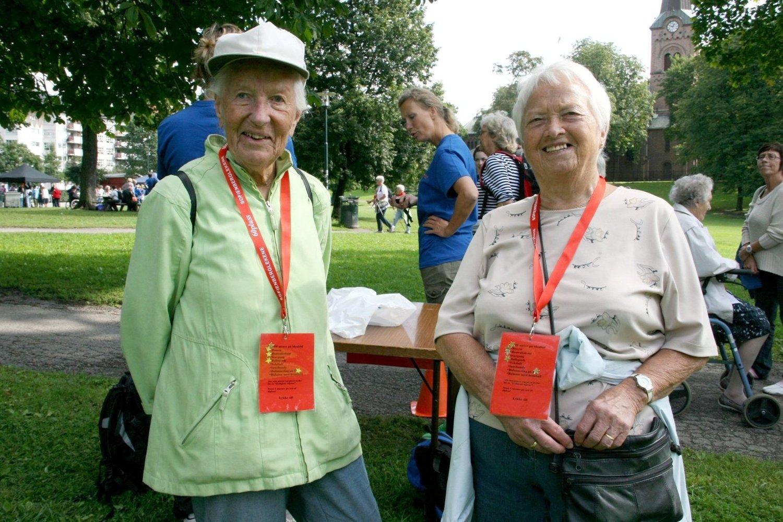 GØY MED AKTIVITET: Solveig Åsland (91) og Mari Åknes (83) fra Løkka synes det er gøy å bruke kroppen og koser seg med ballspill og annen moro i Sofienbergparken.