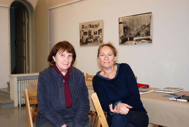 I MUNCH ATELIER: Her sitter prosjektleder Lene Midling-Jenssen og kunstner Liv Bendicte Nielsen i Munchs atelier. Nielsen er en av kunstnerene som for tiden bor på Ekely.