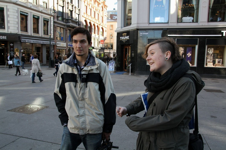 UTENDØRS: To helt vanlige ungdommer som akkurat hadde fullført videregående tok med seg filmkameraet på innerlomma og dokumenterte livet som uteligger i Oslos gater en uke i juli. F.v. Leif Riksheim (19) fra Tøyen og Idun Osnes (19) fra Haugerud sender nå dokumentarserien sin Uteliggerliv på YouTube.