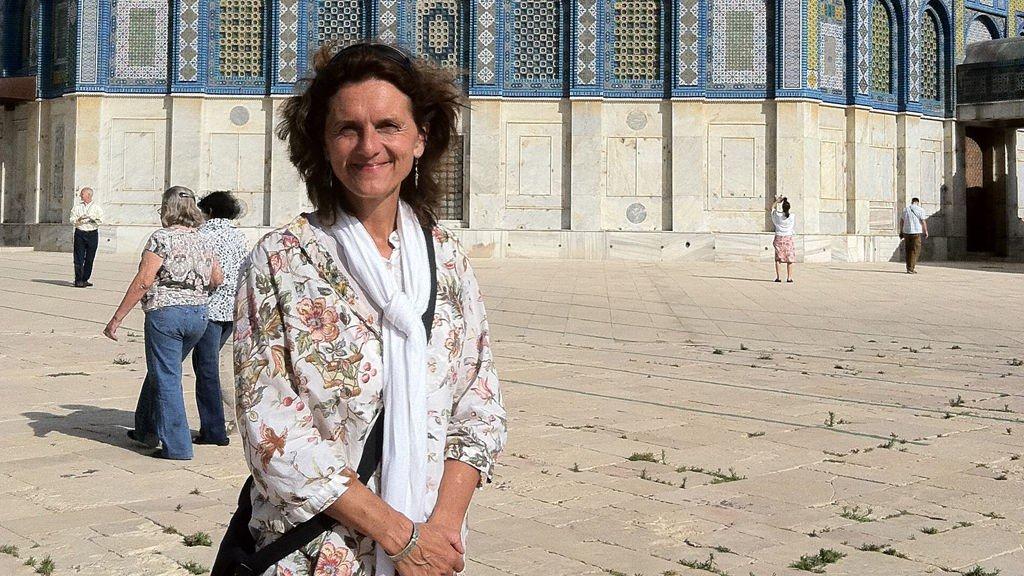 Sissel Wold har bodd lenge i Jerusalem. Her er hun utenfor Klippemoskeen.