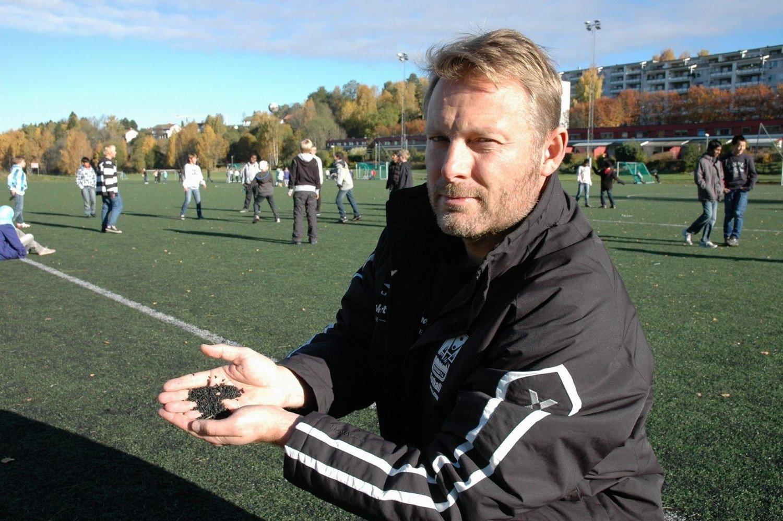 STRIDENS KJERNE: Disse granulatene er opphavet til striden rundt fotballbanene på Rustad. Jarle Birkeli i Rustad IL mener det nå er så kort tid igjen til alt kunstgresset skal byttes uansett, at det er sløsing å bruke 2,5 millioner kroner på å bytte granulat nå.