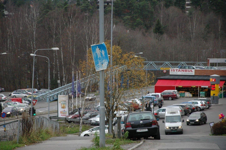 Grøntarealer forsømmes, skilt henger på skakke, forsøplingen er et faktum og trafikkaoset likeså på Hauketo