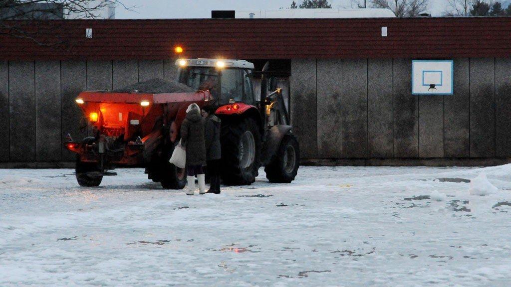 TRAKTOREN: Politi og ambulanse har forlatt skolen. Traktoren fortsatte å strø på stedet etter ulykken.