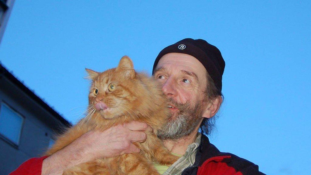Stein Jenssen og katten Børst ble gjenforent fredag, etter at katten forsvant på Nygårdsfjellet i august. Nå har matfar kjørt 1200 kilometer i bil for å redde julefeiringa.