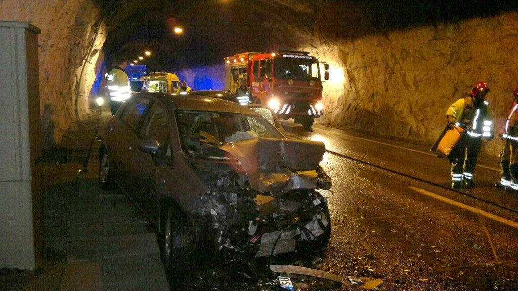 Tre biler var involvert i ulykken i Arnanipatunnelen.