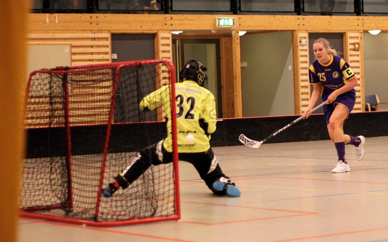 Ikke mål: Kaptein Marna Lunde overlister Sveivas keeper, men ballen finner likevel ikke nettmaskene.