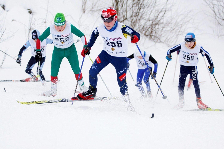 RÅ INNSATS: BSK-løper Vegard Lund Røer (12) var sterkest av alle i det første semifinaleheatet lørdag. Her rykker unggutten i den første motbakken sammen med Rustad-løper Einar Lund Westgaard (t.v.).