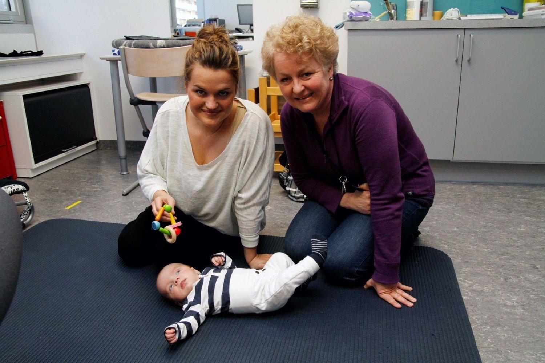 TETT OPPFØLGING: Helsesøster Trine Vollan ønsker flere mødre og barn inn i forskningsprosjektet. Her sammen med Tina Thomassen og Joel (2 md.) FOTO: ØYSTEIN DAHL JOHANSEN