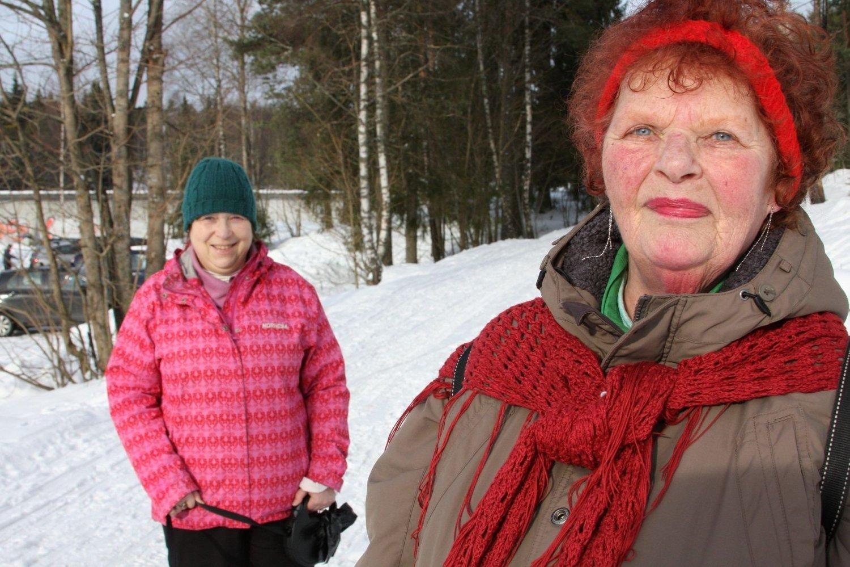 PLASS TIL ALLE: Alise Karlsen, Prince (14) og Rigmor Kaltoft ved badedammen på Grorud. De har gått i marka i tilsammen 50 år. Og de vil gjerne fortsette i 50 år til.