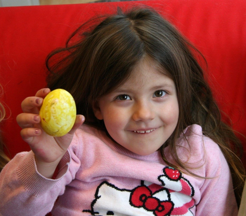 LETT: Louise (4) fra barnehagen Læringsverkstedet Grefsen Terrasse synes slett ikke det var vanskelig å blåse egget. – Men jeg har jo gjort det før da!, sier hun. FOTO: Kristin Tufte Haga KLIKK PÅ BILDET FOR Å SE NESTE BILDE