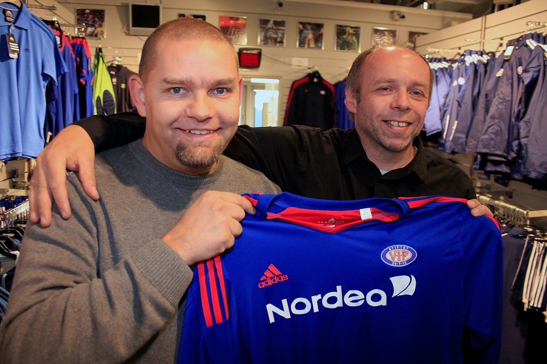 STØTTER VIF: Harald Aasen (39) og Per Amundsen (51) gleder seg til søndagens serieåpning mellom Vålerenga og Haugesund. DittOslo traff kameratene i Vålerenga-sjappa fredag ettermiddag.