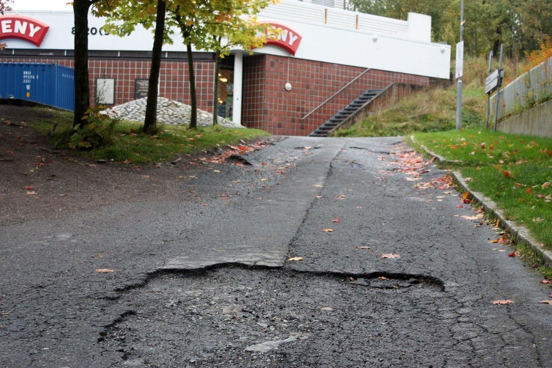 HULL-I-HULL: Det kan se ut til at gangveien nedenfor Holmlia senter heller ikke i år blir satt i stand.